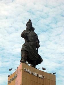 Tượng  thờ Trần Hưng Đạo tại bến Bạch Đằng